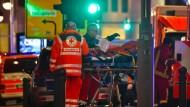 Notärzte kümmern sich in Erstversorgung um einen Verwundeten bei dem Anschlag auf den Berliner Weihnachtsmarkt.