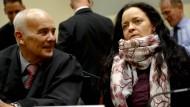 Beate Zschäpe und ihr Anwalt Hermann Borchert im Gericht in München