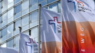 """Fahnen vor dem Congress Center Messe in Frankfurt, wo die zweite Vollversammlung des """"Synodalen Wegs"""" tagt."""