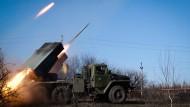 """Prorussische Separatisten feuern im Februar 2015 mit einem """"Grad""""-Raketenwerfer auf die ukrainische Armee."""