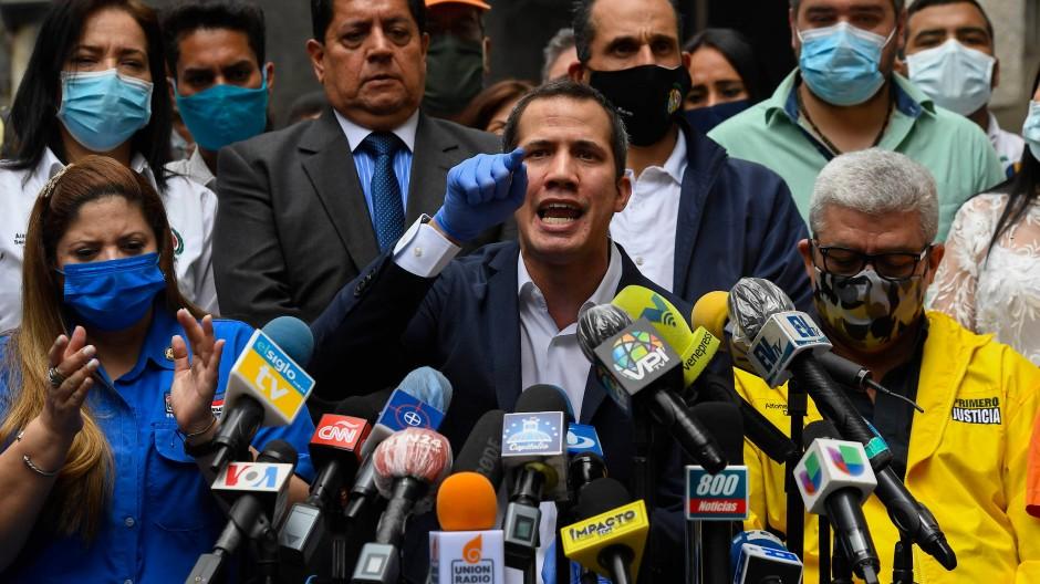 Juan Guaidó im Juni vor Journalisten in Caracas