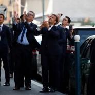 Der französische Präsident Emmanuel Macron applaudiert Bewohnern der Pariser Vorstadt Pantin.