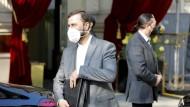 """Kazem Gharib Abadi, iranischer Gouverneur der Internationalen Atomenergie-Organisation (IAEO), am Samstag vor dem """"Grand Hotel Wien"""", wo die Atomgespräche stattfinden"""