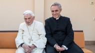Der emeritierte Papst und sein Privatsekretär: Benedikt XVI. und Erzbischof Georg Gänswein