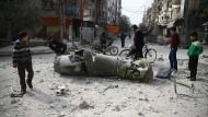 Nach dem Bombenhagel: Zivilisten inspizieren am Freitag die Überreste einer Rakete in Ost-Ghouta.