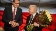 Der polnische Ministerpräsident Mateusz Morawiecki und der PiS-Vorsitzende Jaroslaw Kaczynski am Sonntag in Warschau