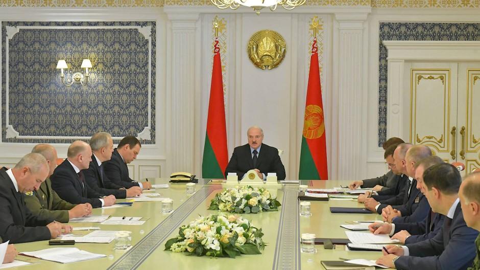 Als sei nichts geschehen: Lukaschenka bei einer Sitzung in Minsk am Mittwoch.