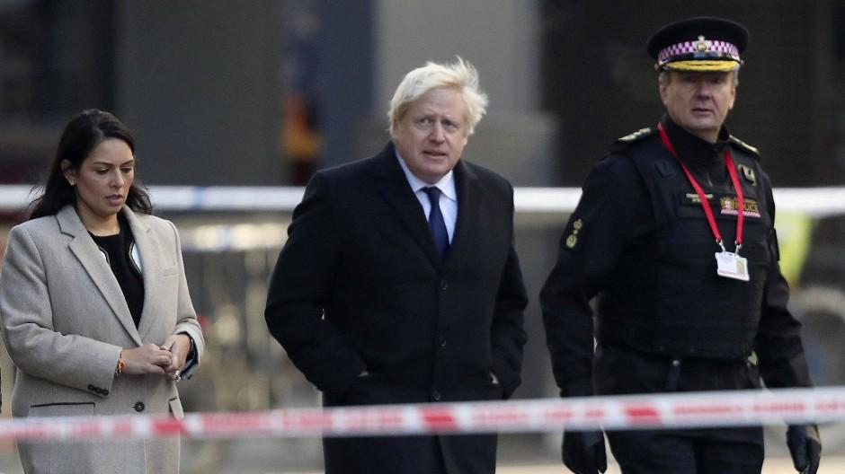 Premierminister Johnson und die britische Innenministerin Priti Patel besuchen am 30. November 2019 den Tatort des Anschlags an der London Bridge.