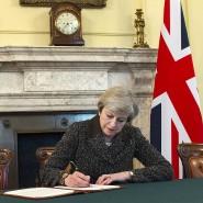 Dear President Tusk: Theresa May unterzeichnet am Dienstag in London den Brexit-Antrag.