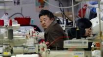 Chinesischer Arbeiter in einer Textilfabrik in Prato