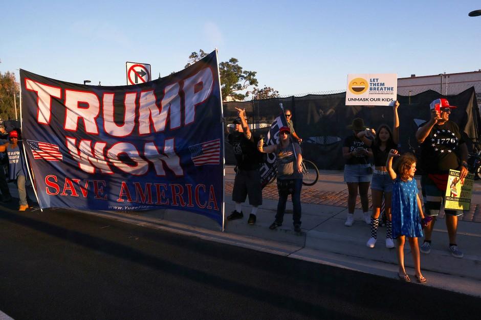 """Unterstützer der """"Recall""""-Kampagne am Montag in Long Beach"""