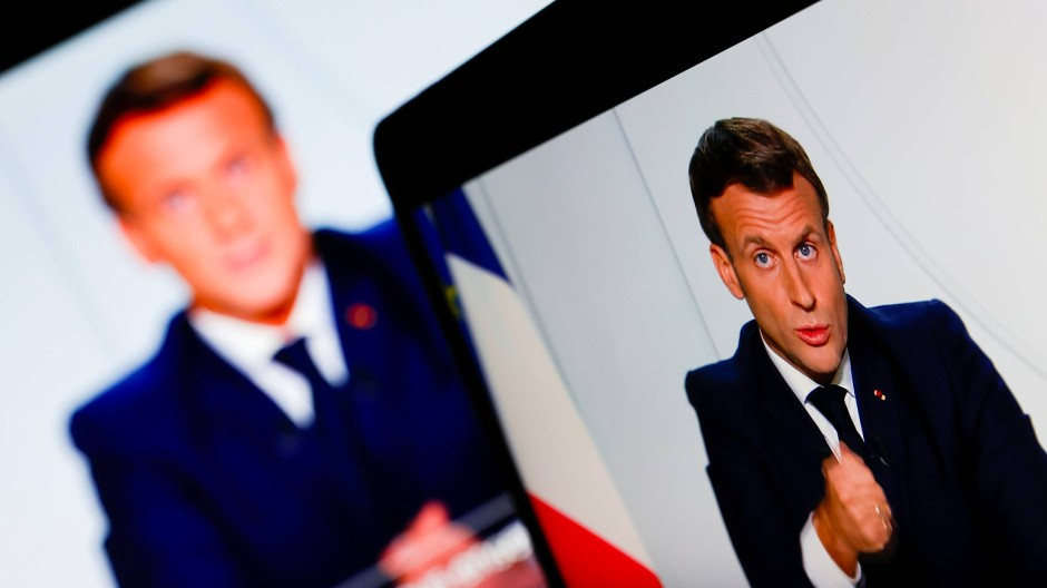 Präsident Macron bei seiner im Fernsehen und Internet übertragenen Ansprache am Mittwochabend