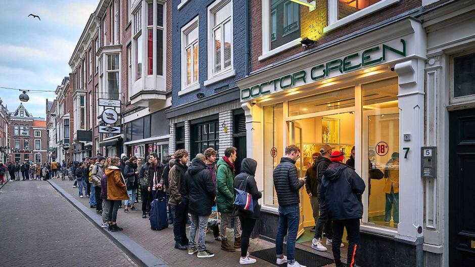 In Den Haag stehen Menschen Schlange vor den Coffeeshops
