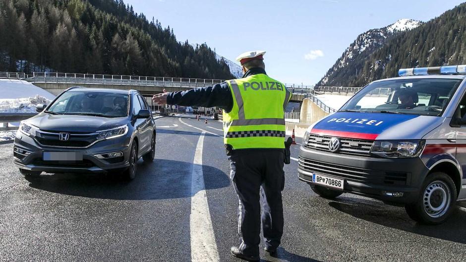 Ein österreichischer Polizist weist einem deutschen Reisenden im März am Brenner den Weg