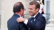 Da war die Stimmung noch besser: Frankreichs Präsident Emmanuel Macron (rechts) und sein Vorgänger der Sozialist François Hollande im September.