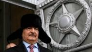 Hat einen guten Draht nach Moskau: Militär Chalifa Haftar 2016 nach einem Treffen mit dem russischen Außenminister.
