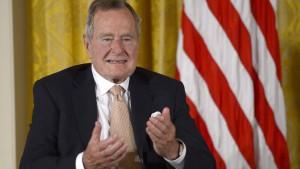 Frauen werfen George H.W. Bush sexuelle Belästigung vor