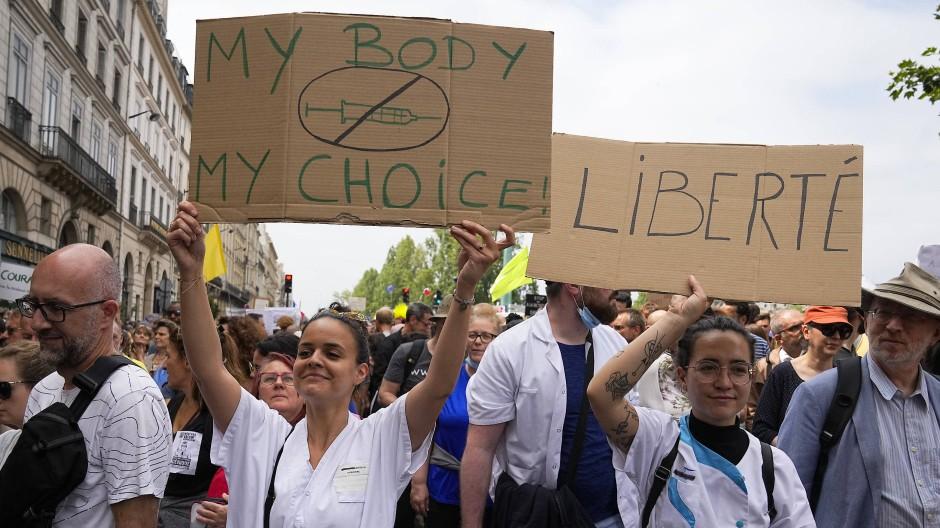 Krankenschwestern protestieren in Paris gegen die von der Regierung geplante Impfpflicht.