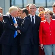 Trump schüttelt dem französischen Präsidenten Macron die Hand, daneben Nato-Generalsekretär Stoltenberg, Bundeskanzlerin Merkel und der kanadische Premierminister Trudeau.