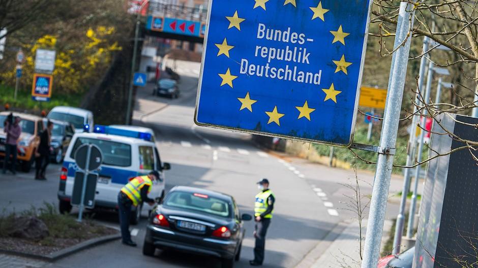 Beamte der Bundespolizei kontrollieren im saarländischen Großrosseln ein französisches Fahrzeug.
