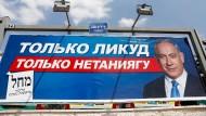 """Wahlwerbung der Likud-Partei in Tel Aviv: """"Nur Likud, nur Netanjahu"""" heißt es auf russisch"""