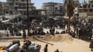 Auf der Flucht: Zivilisten und Rebellen verlassen das umkämpfte Ost-Ghouta.