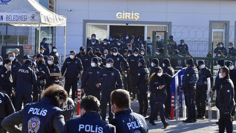 Polizisten am Donnerstag vor dem Gerichtsgebäude in Ankara