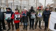 Ukrainische Nationalisten blockieren die russische Botschaft in Kiew.