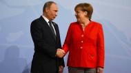 Da weiß man, was man hat: Der russischen Präsident Putin wird von Kanzlerin Merkel beim G20-Gipfel in Hamburg begrüßt.