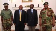 Ein Bild des Einvernehmens und der Kontrolle: Verteidigungsminister Chiwenga rechts neben Mugabe und Gesandten Südafrikas