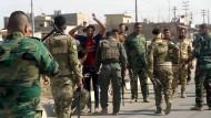 Die irakische Armee kontrolliert einen möglichen IS-Kämpfer in den Vororten von Kirkuk.