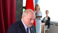 Lukaschenka gibt seine Stimme in einem Wahllokal in Minsk ab
