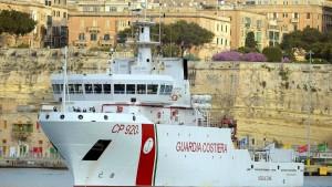 Rettungsschiff mit 130 Migranten legt auf Sizilien an