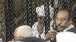 Schweigend im Gitterkäfig
