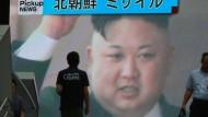 Japan, der nordkoreanische Führer Kim Jong-un auf einem Bildschirm in Tokio, hat den Raketentest scharf verurteilt.