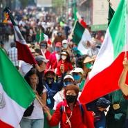 Gegner des mexikanischen Präsidenten auf dem Zócalo Platz vor dem Regierungspalast am 23. September