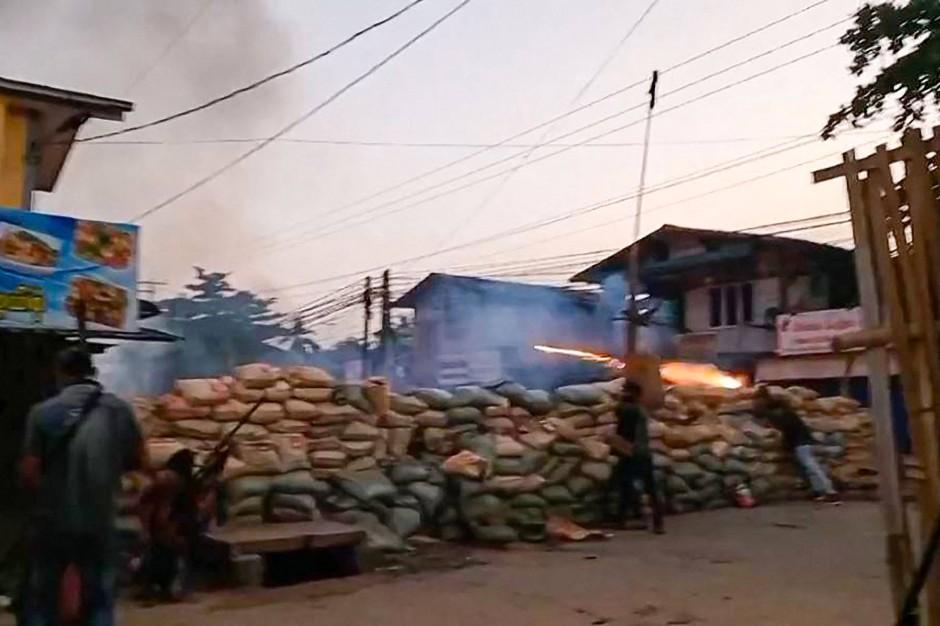Videos wie dieses sollen den Schusswechsel zwischen Demonstranten und Militär zeigen.