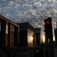 Eine rote Ampel in Brüssel: Mit einem Ampelsystem warnt Belgien vor Infektionsrisiken in bestimmten Regionen.