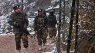 """Indische Soldaten patrouillieren an der """"Kontrolllinie"""" zu Pakistan."""