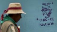 Ein Kolumbianer läuft an einem Graffito des Kommandeurs Alfonso Cano der Farc-Rebellen in Toribio in Kolumbien vorbei.