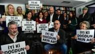"""""""Cumhuriyet""""-Mitarbeiter gratulieren im März ihrem Herausgeber, Akin Atalay, zum Geburtstag. Schon da saß der im Gefängnis."""