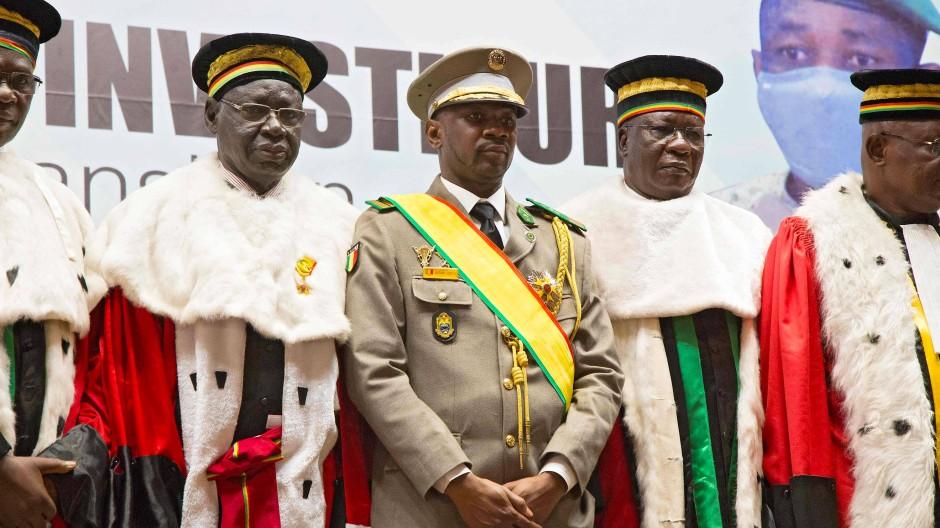 Der malische Interimspräsident Colonel Assimi Goita (Mitte) mit Mitgliedern des Supreme Court