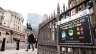 Ein Hinweisschild in London weist am Freitag auf die Corona-Gefahr hin.
