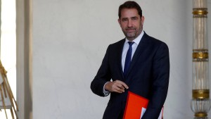 Macron bildet französisches Kabinett um