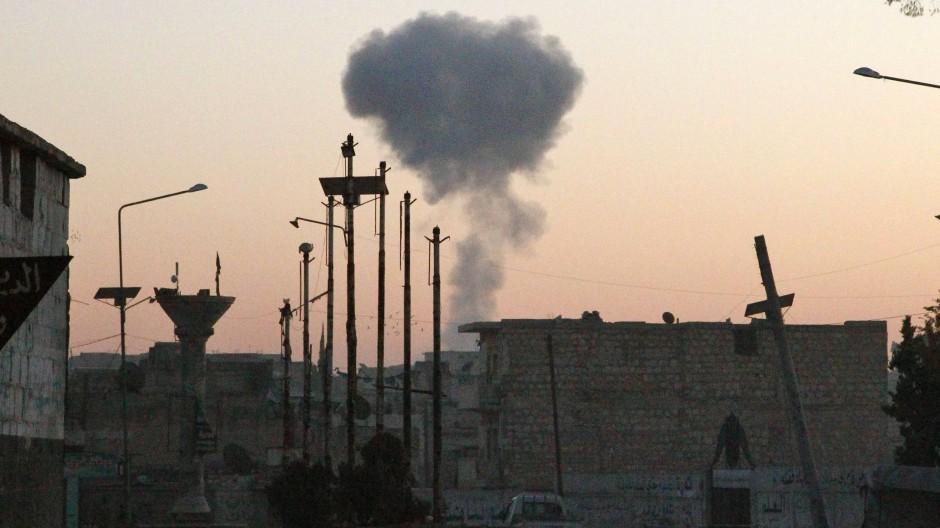 Auf dem Bild soll eine Rauchsäule von einem russischen Luftangriff in der syrischen Provinz Idlib zu sehen sein.