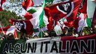 """Unerwünscht: Anwohner von Torre Maura sowie Mitglieder der rechtsextremen Partei """"Forza Nuova"""" protestieren gegen Ansiedlung der Roma."""