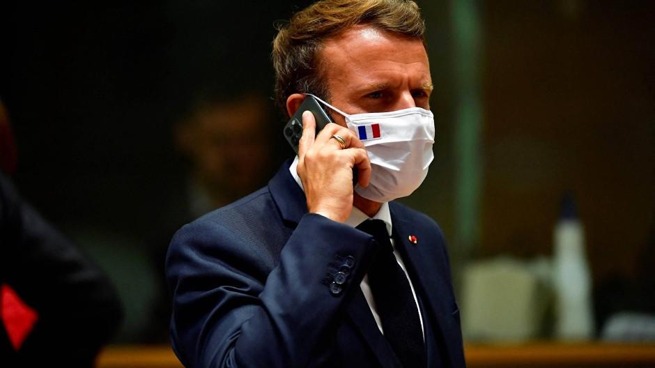 Emmanuel Macron im Juli 2020 mit einem Mobiltelefon
