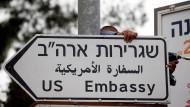 Die Zeichen am Straßenrand: Ein Wegweiser zur amerikanischen Botschaft in Jerusalem
