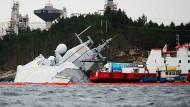 """Komplizierte Bergung: Norwegens Fregatte """"Helge Ingstad"""" liegt seitlich im Wasser – und droht zu sinken."""