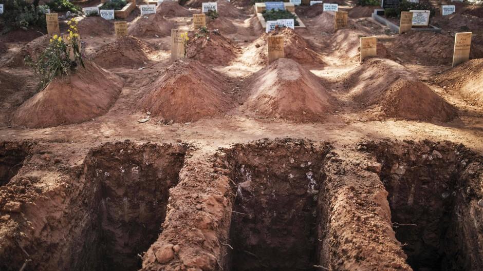 Frische Gräber im Juli auf einem Friedhof in Johannesburg